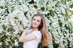 Όμορφη νέα γυναίκα που περπατά σε έναν ανθίζοντας κήπο άνοιξη Στοκ εικόνα με δικαίωμα ελεύθερης χρήσης