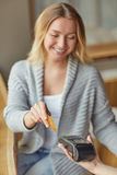 Όμορφη νέα γυναίκα που πληρώνει με μια πιστωτική κάρτα Στοκ Εικόνες