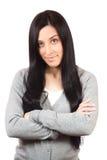 Όμορφη νέα γυναίκα που στέκεται με τα χέρια που διπλώνονται Στοκ Εικόνες
