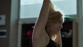 Όμορφη νέα γυναίκα που τεντώνει το σώμα της πρίν εκπαιδεύει φιλμ μικρού μήκους