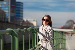 Όμορφη νέα γυναίκα που φορά ένα παλτό μια ηλιόλουστη χειμερινή ημέρα Στοκ φωτογραφίες με δικαίωμα ελεύθερης χρήσης