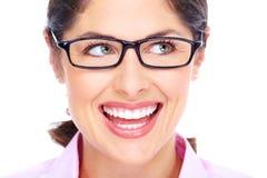 Όμορφη νέα γυναίκα που φορά το πορτρέτο γυαλιών. στοκ εικόνες με δικαίωμα ελεύθερης χρήσης