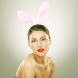 Όμορφη νέα γυναίκα που φορά bunny τα αυτιά Στοκ Εικόνες