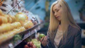 Όμορφη νέα γυναίκα που ψωνίζει σε ένα μανάβικο ή μια υπεραγορά φιλμ μικρού μήκους
