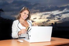 Όμορφη νέα γυναίκα που ψωνίζει on-line χρησιμοποιώντας την πιστωτική κάρτα της στο τ Στοκ φωτογραφία με δικαίωμα ελεύθερης χρήσης