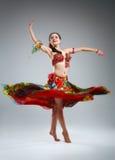 Όμορφη νέα γυναίκα σε έναν χορό φορεμάτων στοκ εικόνες