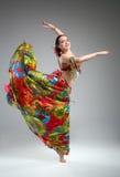 Όμορφη νέα γυναίκα σε έναν χορό φορεμάτων στοκ εικόνα