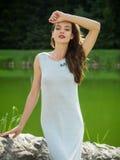 Όμορφη νέα γυναίκα σε ένα θερινό φόρεμα Στοκ Φωτογραφίες