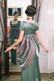 Όμορφη νέα γυναίκα σε ένα φόρεμα στο αναδρομικό πορτρέτο ύφους Ιματισμός μόδας στον τρύγο Στοκ εικόνα με δικαίωμα ελεύθερης χρήσης