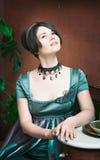 Όμορφη νέα γυναίκα σε ένα φόρεμα στο αναδρομικό πορτρέτο ύφους Ιματισμός μόδας στον τρύγο Στοκ φωτογραφία με δικαίωμα ελεύθερης χρήσης