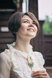 Όμορφη νέα γυναίκα σε ένα φόρεμα στο αναδρομικό πορτρέτο ύφους Ιματισμός μόδας στον τρύγο Στοκ Εικόνες