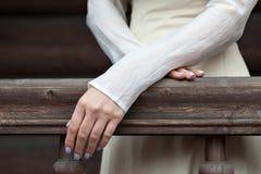 Όμορφη νέα γυναίκα σε ένα φόρεμα στο αναδρομικό πορτρέτο ύφους Ιματισμός μόδας στον τρύγο Στοκ Εικόνα