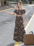 Όμορφη νέα γυναίκα σε μια shoulderless τοπ και μακριά φούστα Στοκ Φωτογραφίες
