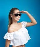Όμορφη νέα γυναίκα στα γυαλιά ηλίου που εξετάζει την απόσταση Στοκ εικόνες με δικαίωμα ελεύθερης χρήσης