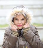 Όμορφη νέα γυναίκα στα θερμά μαλακά ενδύματα υπαίθρια σε μια χειμερινή ημέρα Στοκ φωτογραφίες με δικαίωμα ελεύθερης χρήσης