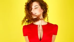 Όμορφη νέα γυναίκα στα κόκκινα άλματα φορεμάτων Σγουρή τρίχα που πετά πάνω-κάτω 4K απόθεμα βίντεο