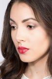 Όμορφη νέα γυναίκα στην αριστοκρατική άσπρη ενδυμασία Στοκ Φωτογραφίες