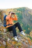 Όμορφη νέα γυναίκα στην κορυφή βουνών Στοκ Εικόνες