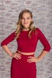 Όμορφη νέα γυναίκα στην κόκκινη τοποθέτηση φορεμάτων στο στούντιο στοκ εικόνα με δικαίωμα ελεύθερης χρήσης