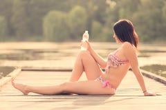 Όμορφη νέα γυναίκα στην παραλία Στοκ φωτογραφία με δικαίωμα ελεύθερης χρήσης