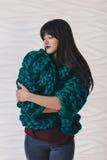 Όμορφη νέα γυναίκα στην πράσινη πλεκτή ζακέτα στοκ εικόνες