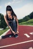 Όμορφη νέα γυναίκα στη γραμμή έναρξης έτοιμη να τρέξει στοκ φωτογραφίες