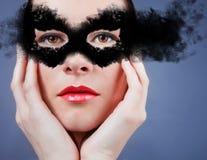 Όμορφη νέα γυναίκα στη μάσκα. Στοκ φωτογραφία με δικαίωμα ελεύθερης χρήσης