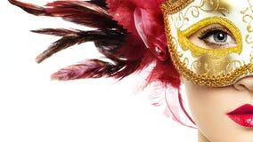 Όμορφη νέα γυναίκα στη μυστήρια χρυσή ενετική μάσκα στοκ εικόνες