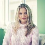 Όμορφη νέα γυναίκα στη ρόδινη τοποθέτηση πουλόβερ Στοκ Εικόνες