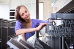Όμορφη, νέα γυναίκα στη σύγχρονη και καλά εξοπλισμένη κουζίνα της Στοκ φωτογραφία με δικαίωμα ελεύθερης χρήσης
