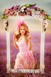 Όμορφη νέα γυναίκα στους lavender τομείς στοκ φωτογραφίες με δικαίωμα ελεύθερης χρήσης