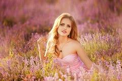 Όμορφη νέα γυναίκα στους lavender τομείς στοκ εικόνα