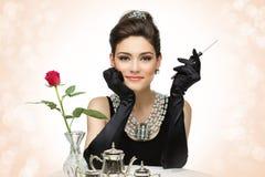 Όμορφη νέα γυναίκα στο αναδρομικό ύφος στοκ φωτογραφία με δικαίωμα ελεύθερης χρήσης
