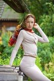 Όμορφη νέα γυναίκα στο γκρίζο φόρεμα στοκ φωτογραφίες