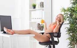 Όμορφη νέα γυναίκα στο γραφείο στα όνειρα μπικινιών Στοκ Εικόνες
