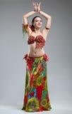 Όμορφη νέα γυναίκα στο ζωηρόχρωμο χορό φορεμάτων στοκ φωτογραφίες με δικαίωμα ελεύθερης χρήσης