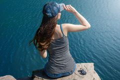 1568ca33dc5 Όμορφη νέα γυναίκα στο μαγιό που στέκεται στη λίμνη το πρωί Τουρισμός  έννοιας Θερινή ανασκόπηση στοκ