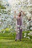 Όμορφη νέα γυναίκα στο μακροχρόνιο ύφος boho φορεμάτων στα πράσινα Η.Ε χλόης Στοκ φωτογραφίες με δικαίωμα ελεύθερης χρήσης