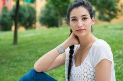 Όμορφη νέα γυναίκα στο πάρκο στοκ εικόνα
