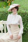 Όμορφη νέα γυναίκα στο πορτρέτο φορεμάτων και καπέλων στο αναδρομικό ύφος Μόδα που ντύνει στον τρύγο Στοκ Εικόνα
