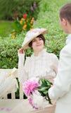 Όμορφη νέα γυναίκα στο πορτρέτο φορεμάτων και καπέλων στο αναδρομικό ύφος Η κυρία κυρίων Ιματισμός μόδας στον τρύγο Στοκ Εικόνες