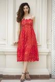 Όμορφη νέα γυναίκα στο προκλητικό κόκκινο φόρεμα Στοκ Εικόνες