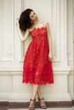 Όμορφη νέα γυναίκα στο προκλητικό κόκκινο φόρεμα Στοκ Φωτογραφίες