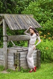 Όμορφη νέα γυναίκα στο προκλητικό μακρύ φόρεμα στοκ εικόνα με δικαίωμα ελεύθερης χρήσης