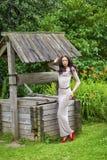 Όμορφη νέα γυναίκα στο προκλητικό μακρύ φόρεμα στοκ εικόνα
