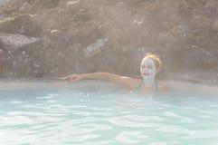 Όμορφη νέα γυναίκα την μπλε γεωθερμική άνοιξη λιμνοθαλασσών, Ισλανδία Στοκ Εικόνες