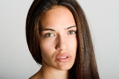 Όμορφη νέα γυναίκα χωρίς σύνθεση στο άσπρο υπόβαθρο Στοκ Εικόνα