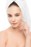 Όμορφη νέα γυναίκα brunette με το καθαρό πρόσωπο και πετσέτα στο κεφάλι της απομονωμένος Στοκ Φωτογραφία
