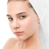 Όμορφη νέα γυναίκα brunette με το καθαρό πρόσωπο και πετσέτα στο κεφάλι της απομονωμένος Στοκ εικόνες με δικαίωμα ελεύθερης χρήσης