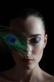 Όμορφη νέα γυναίκα brunette με το ύφος peacock Στοκ Εικόνες